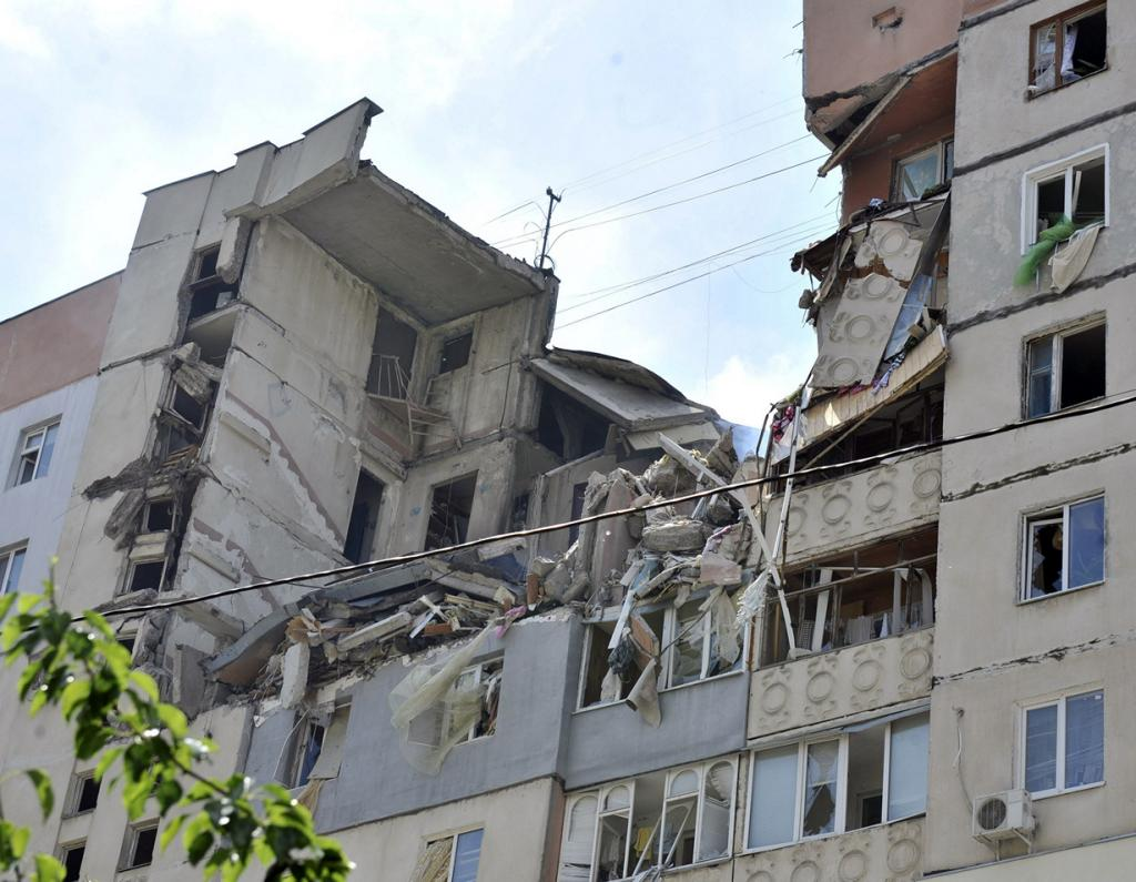 Украина. Николаев. 12 мая. Вид на многоквартирный дом, который был разрушен в результате взрыва. (REUTERS/Mykola Lazarenko/Pool)