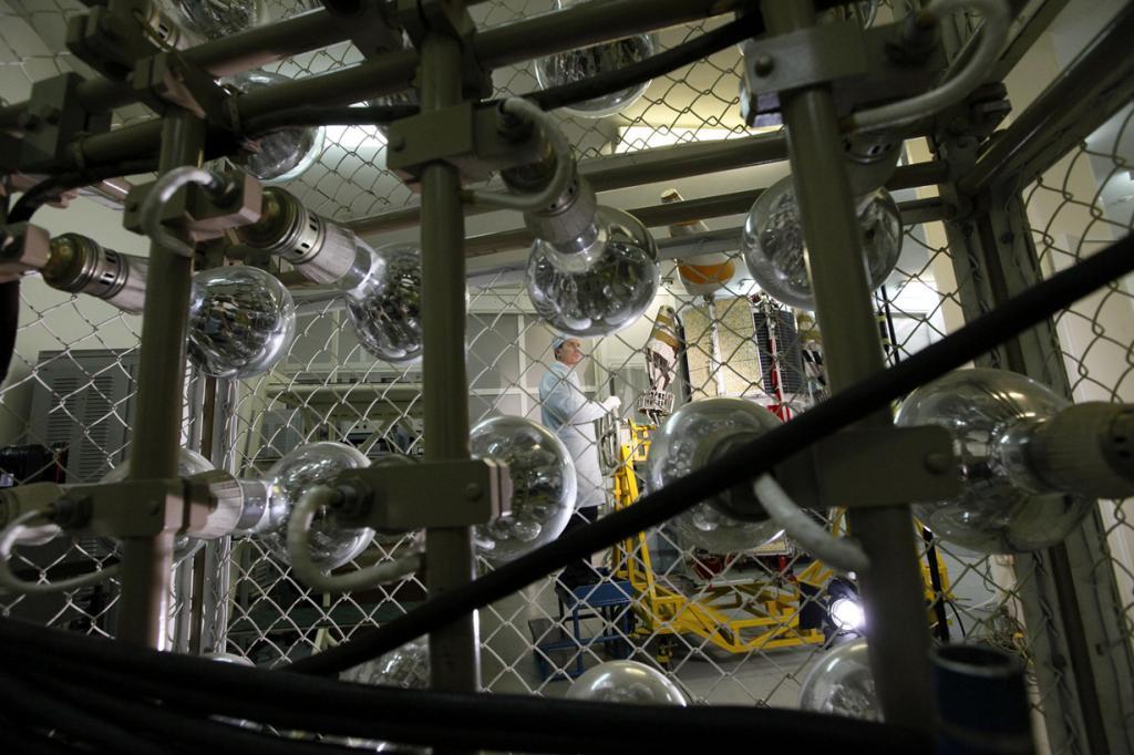 Там, где рождаются космические аппараты (11 фото)