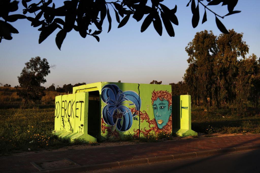Израиль. Сдерот, Южный округ. 27 марта. Бомбоубежище, декорированное граффити. (REUTERS/Finbarr O'Reilly)