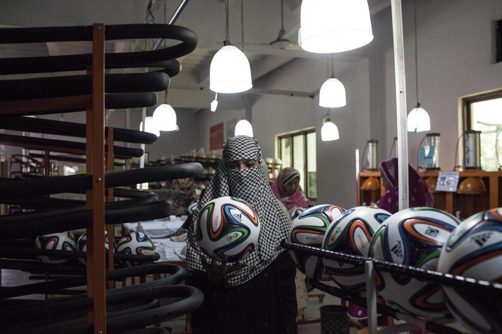 Производство официальных мячей ЧМ-2014 в Пакистане (12 фото)