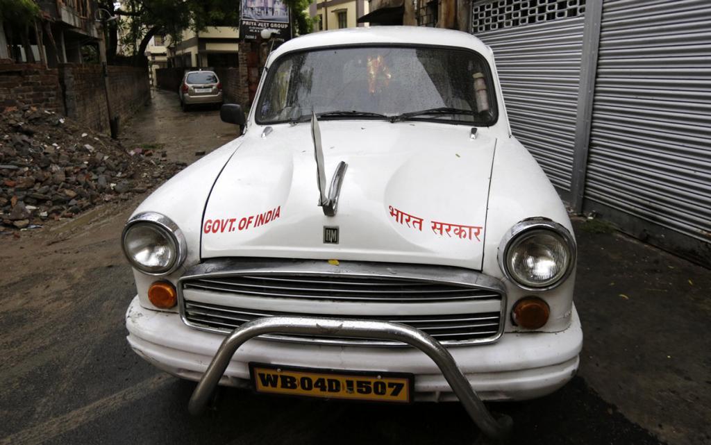Индия. Калькутта, Западная Бенгалия. 26 мая. Правительственный автомобиль Hindustan Ambassador. (AP Photo/Bikas Das)