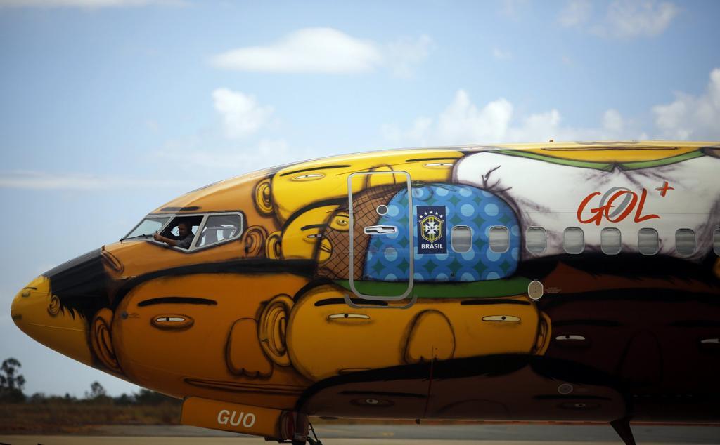 Бразилия. Белу-Оризонти, Минас-Жерайс. 27 мая. Пресс-показ пассажирского самолёта «Боинг-737» авиакомпании Gol, разрисованного бразильским дуэтом уличным художников Os Gemeos. (REUTERS/Nacho Doce)