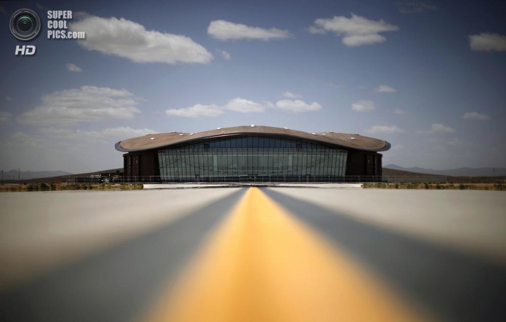 США. Трут-ор-Консекуэнсес, Нью-Мексико. 1 мая. Дорожный знак на шоссе близ космопорта. (REUTERS/Lucy Nicholson)
