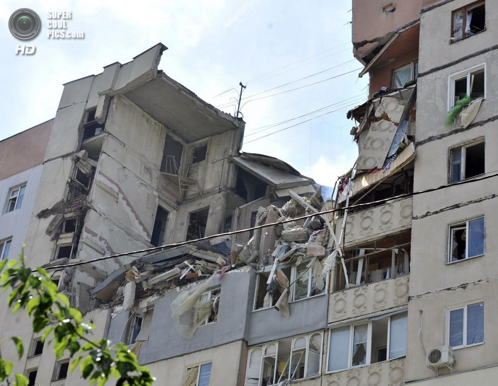 Украина. Намыв, Николаев. 12 мая. Разрушения после взрыва в 9-этажном многоквартирном доме. (REUTERS/Mykola Lazarenko/Pool)