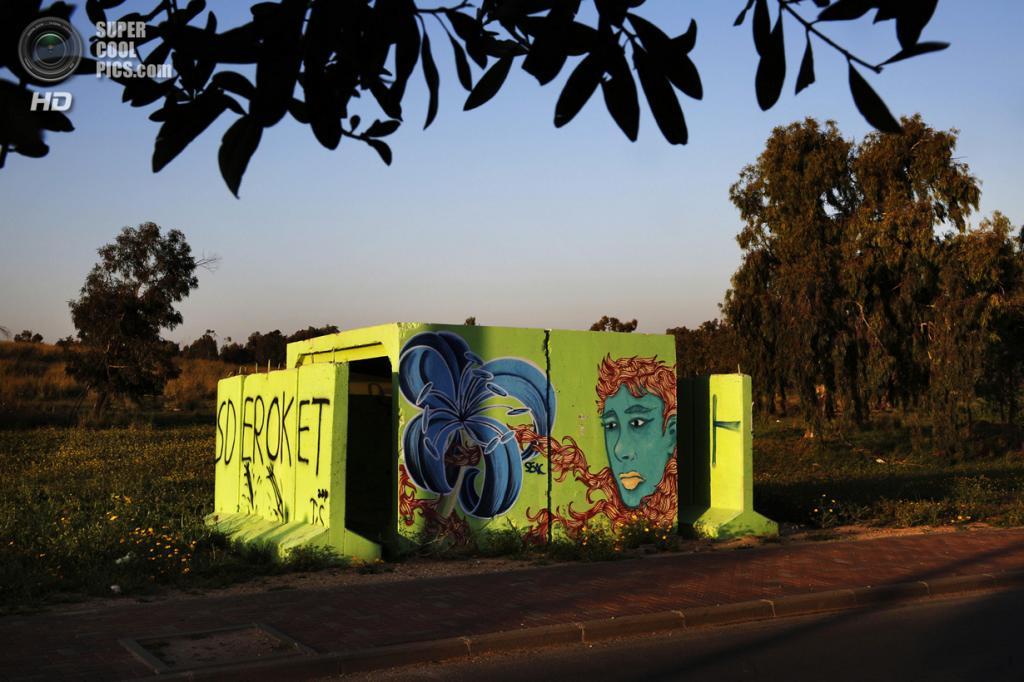 Израиль. Сдерот, Южный округ. 27 марта. Декорированное бомбоубежище на окраине. (REUTERS/Finbarr O'Reilly)