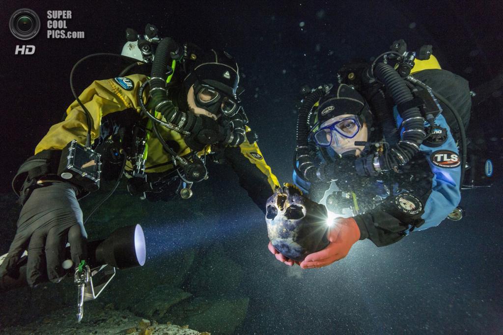 Мексика. Сак-Актун, Юкатан. Дайверы держат череп 16-летней девочки, который был найден в подводной пещере Хойо-Негро. Это самые древние останки человека, найденные на территории Северной Америки — их возраст оценивается в 12-13 тыс. лет. (National Geographic/Paul Nicklen)