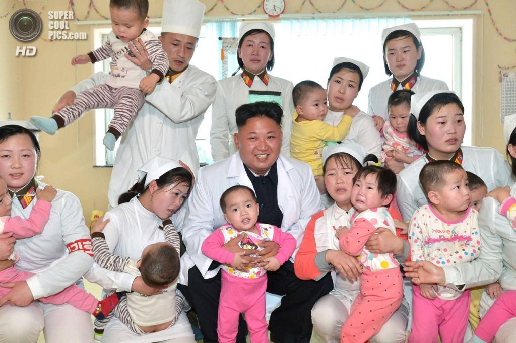 Северная Корея. Пхеньян. 19 мая. Вождь Северной Кореи Ким Чен Ын во время посещения госпиталя Тэсонсан. (REUTERS/KCNA)