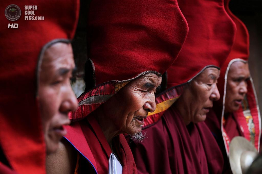 Непал. Ло-Мантанг. 26 мая. Монахи во время празднования фестиваля Tenchi. (Taylor Weidman/Getty Images)