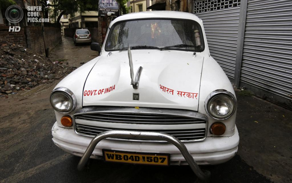 Индия. Калькутта, Западная Бенгалия. 26 мая. Правительственный Hindustan Ambassador в переулке. (AP Photo/Bikas Das)
