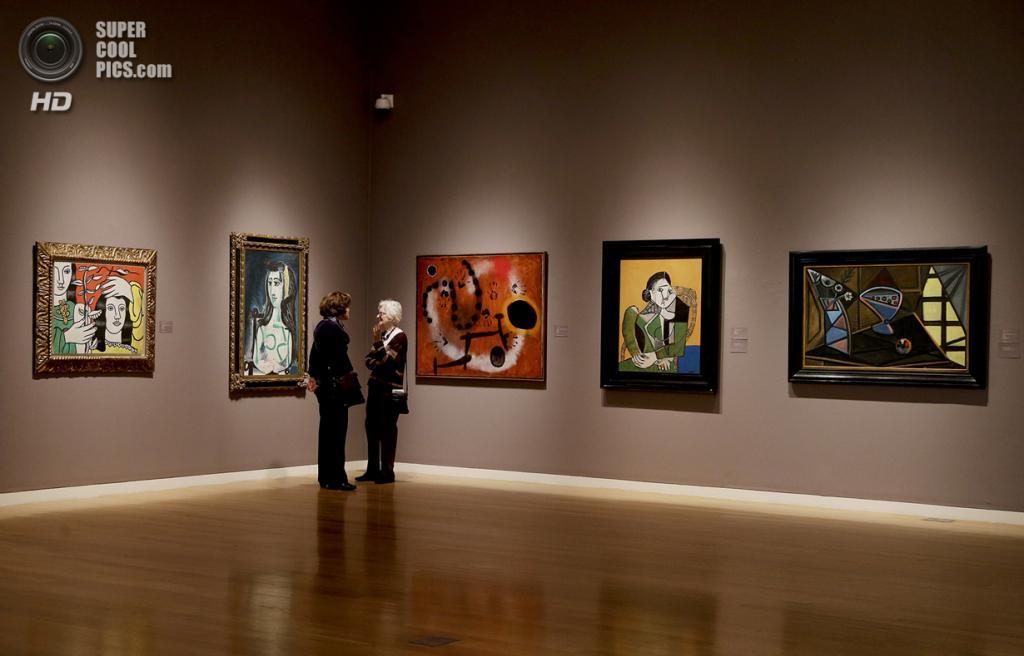 США. Нью-Йорк. 2 мая. Потенциальные покупатели изучают картины Пабло Пикассо, Хуана Миро и Фернана Леже на выставке аукционного дома «Сотбис». (AP Photo/Julie Jacobson)
