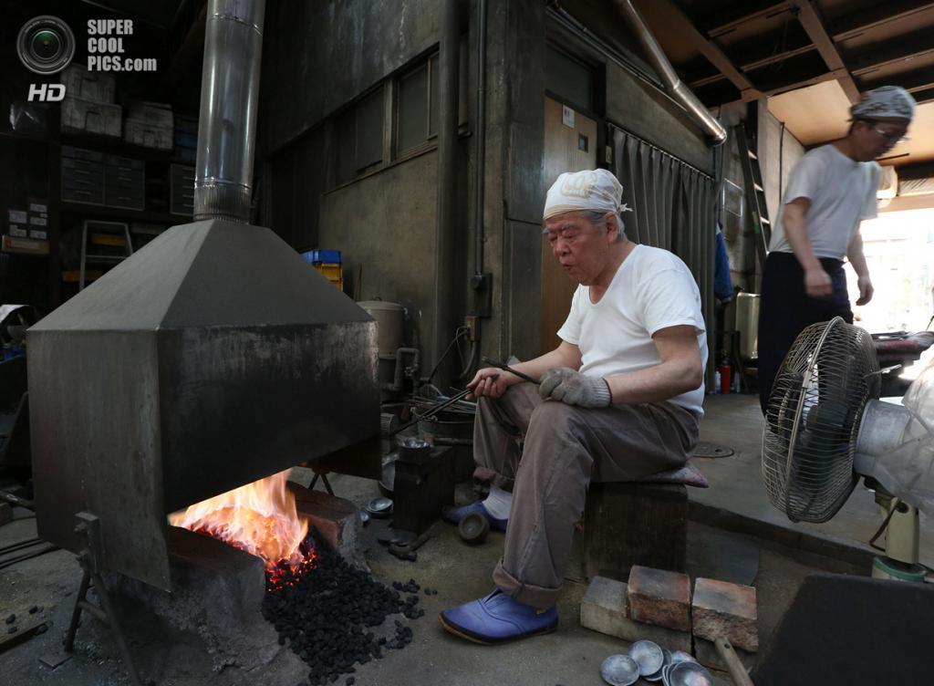 Япония. Химедзи, Хёго. 25 апреля. Производство музыкальных подвесок Myochin Honpo Ltd. (Buddhika Weerasinghe/Getty Images)