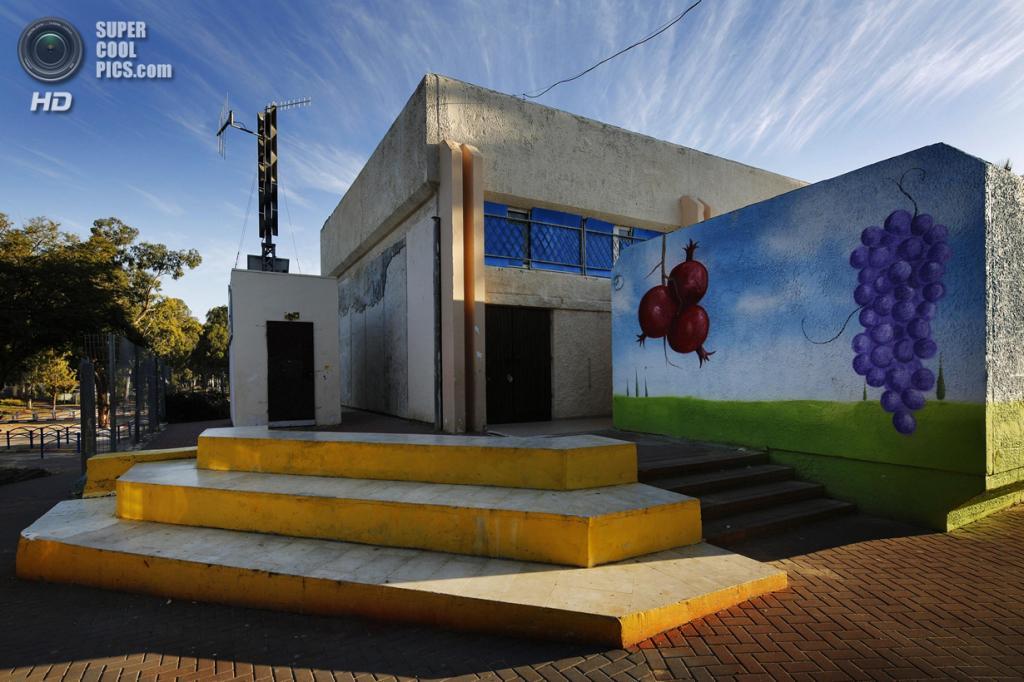 Израиль. Сдерот, Южный округ. 27 марта. Декорированный вход в школьное бомбоубежище. (REUTERS/Finbarr O'Reilly)