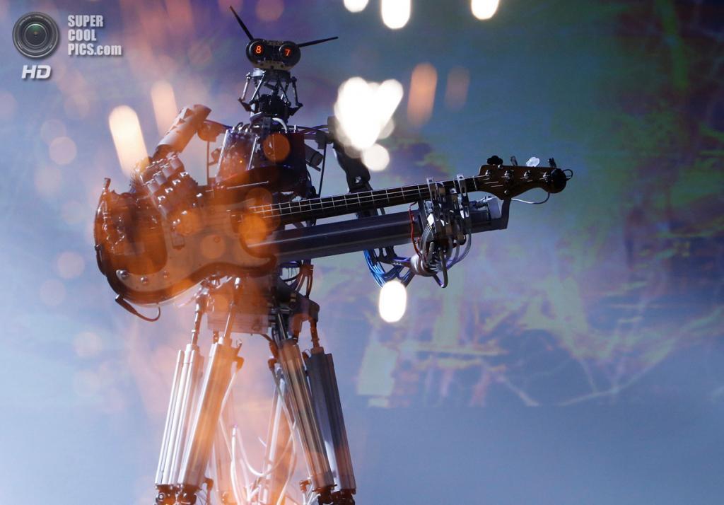 Россия. Москва. 17 мая. Выступление немецкой робо-рок-группы Compressorhead. (REUTERS/Sergei Karpukhin)
