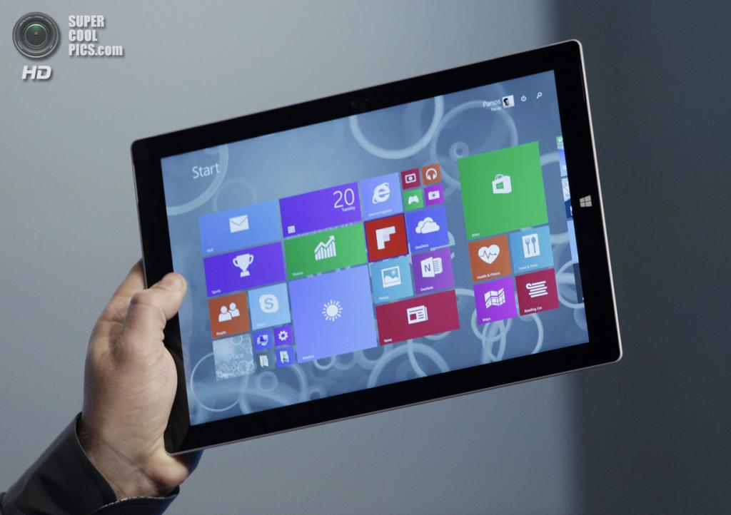 США. Нью-Йорк. 20 мая. Вице-президент Microsoft Surface Computing Панос Панай презентует планшет Surface Pro 3. (AP Photo/Mark Lennihan)