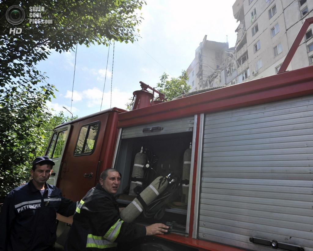 Украина. Намыв, Николаев. 12 мая. Начало спасательной операции. (REUTERS/Mykola Lazarenko/Pool)