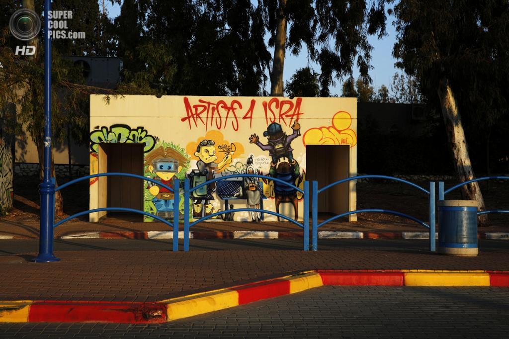 Израиль. Сдерот, Южный округ. 4 апреля. Декорированная автобусная остановка, которая также может служить бомбоубежищем. (REUTERS/Finbarr O'Reilly)