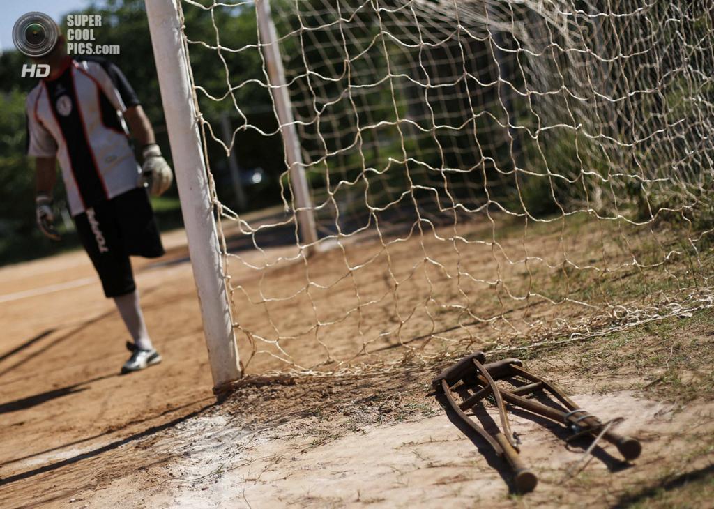 Бразилия. Сан-Паулу. 1 февраля. Костыли Алешандре Толеду лежат в стороне. Во время матчей он их не использует. (REUTERS/Nacho Doce)