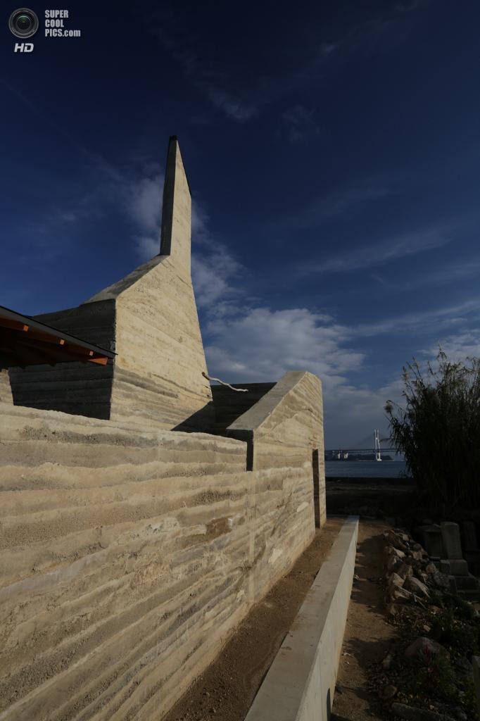 Япония. Хондзима, Кагава. Дом Zenkonyu x Tamping Earth, спроектированный Tadashi Saito + Atelier NAVE. (Toshihiro Misaki)