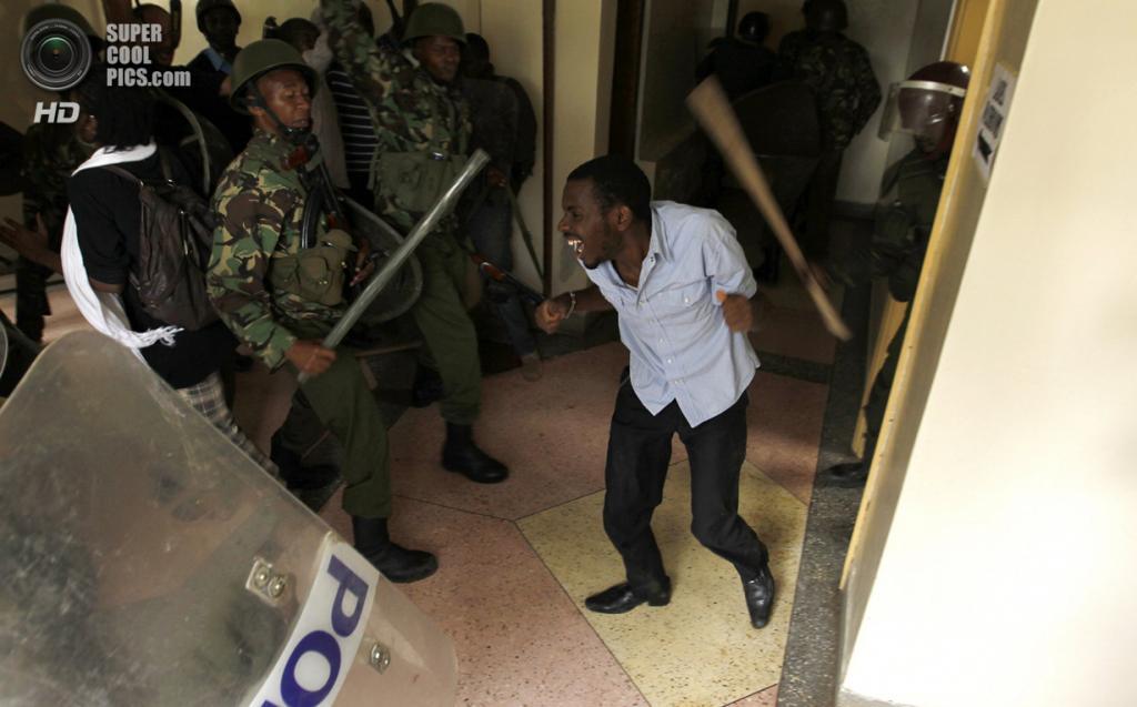 Кения. Найроби. 20 мая. Подавление протеста студентов Университета Найроби против сокращения финансирования образования. (REUTERS/Thomas Mukoya)