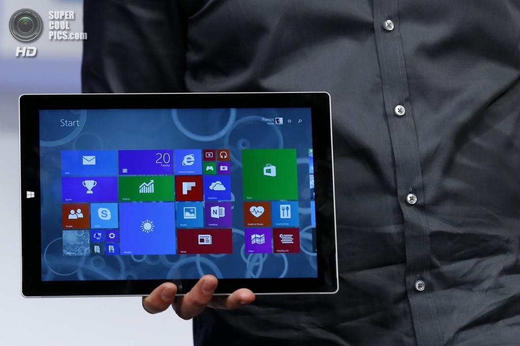 США. Нью-Йорк. 20 мая. Вице-президент Microsoft Surface Computing Панос Панай презентует планшет Surface Pro 3. (REUTERS/Brendan McDermid)