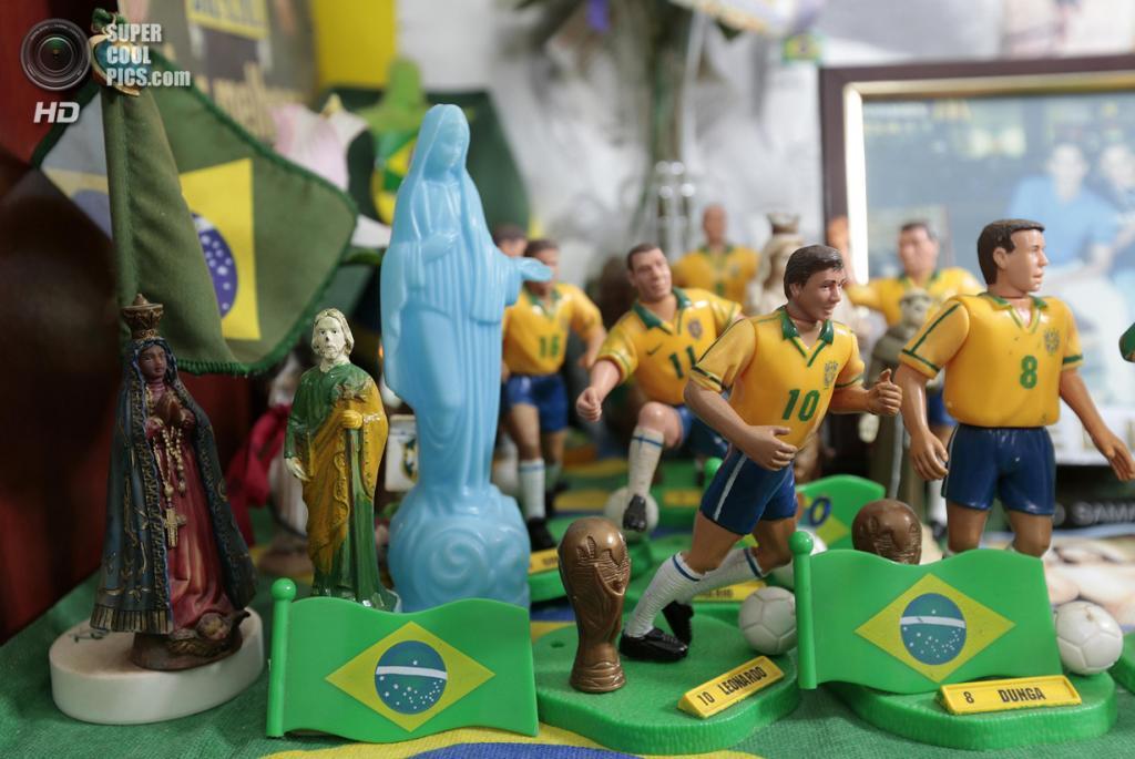 Бразилия. Бразилиа. 27 мая. В доме 63-летней Марилсы Гимарайнш да Силвы, фанатки сборной Бразилии по футболу. (REUTERS/Joedson Alves)