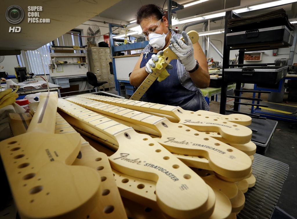 США. Корона, Калифорния. Производство гитар Fender Stratocaster. (AP Photo/Matt York)