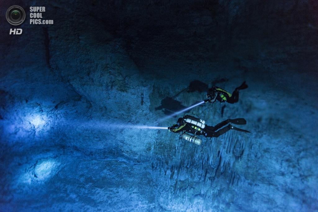 Мексика. Сак-Актун, Юкатан. Дайверы в подводной пещере Хойо-Негро. (National Geographic/Paul Nicklen)
