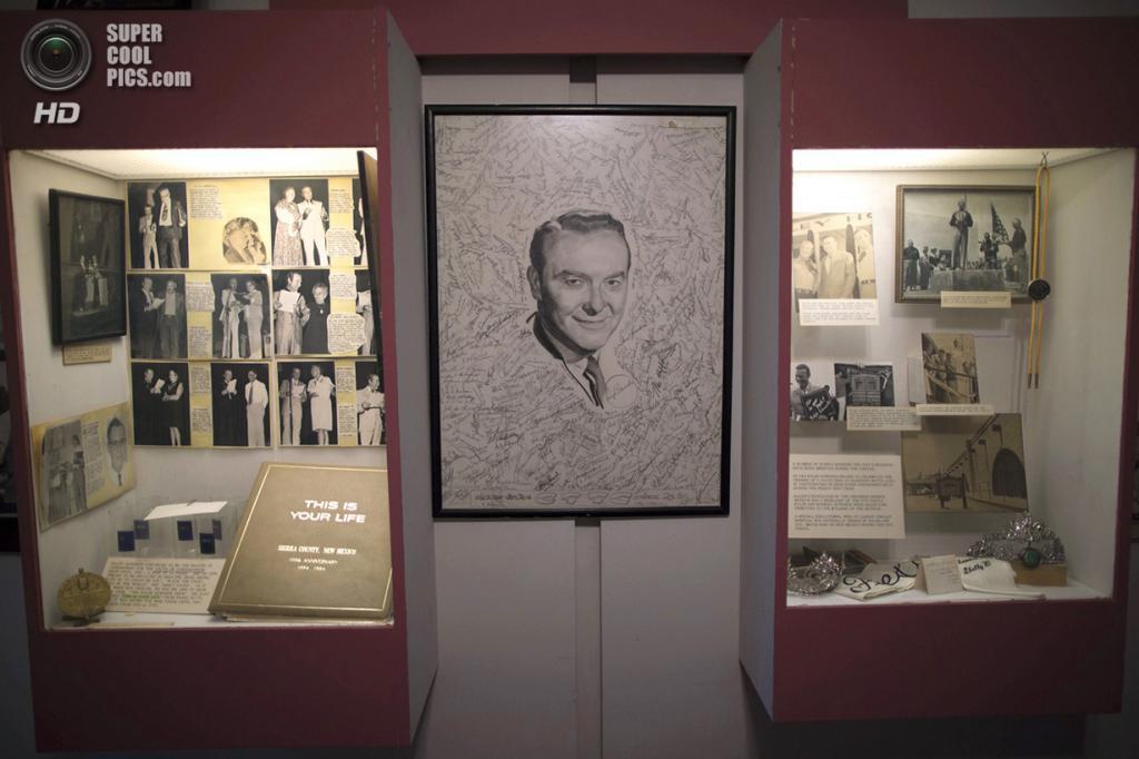 США. Трут-ор-Консекуэнсес, Нью-Мексико. 3 мая. Стенд Ральфа Эдвардса в Музее Джеронимо-Спрингс. Эдвардс был ведущим радио-шоу Truth or Consequences, в честь которого город получил своё современное название. В последующие 50 лет  (практически до самой смерти) Эдвардс каждый год в начале мая приезжал сюда на «Фиесту». (REUTERS/Lucy Nicholson)
