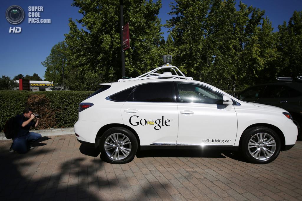 США. Маунтин-Вью, Калифорния. 13 мая. Беспилотный автомобиль Google, вид сбоку. (REUTERS/Stephen Lam)