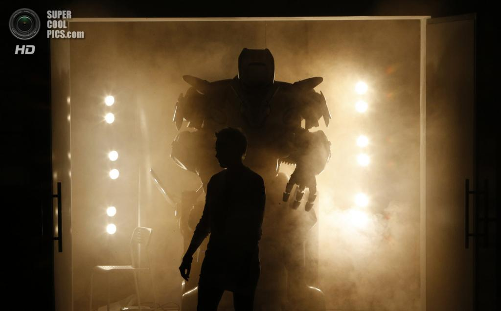 Россия. Москва. 17 мая. Titan The Robot перед выступлением. Это настоящая звезда в мире роботов: его гастроли расписаны на много лет вперёд. (REUTERS/Sergei Karpukhin)