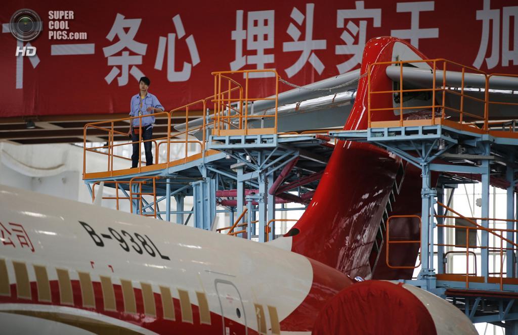 Китай. Шанхай. 21 мая. Пресс-показ нового пассажирского самолёта ARJ21-700 на заводе Commercial Aircraft Corporation of China Ltd. (REUTERS/Carlos Barria)