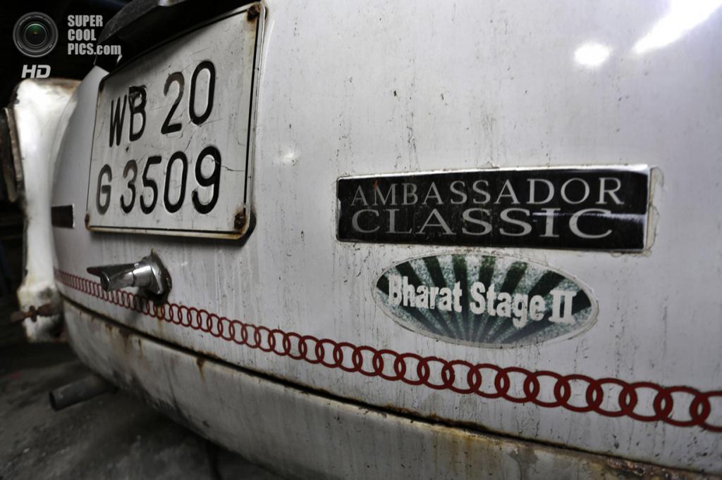 Индия. Калькутта, Западная Бенгалия. 26 мая. Задний бампер Hindustan Ambassador. (AP Photo/Bikas Das)