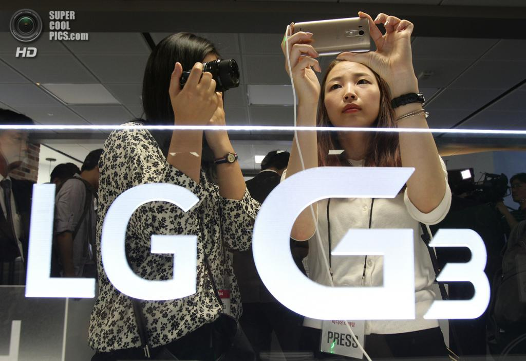 Южная Корея. Сеул. 28 мая. Журналисты изучают LG G3. (AP Photo/Ahn Young-joon)