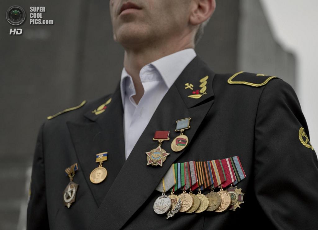 Украина. Донецк. 28 мая. Медали крупным планом. (AP Photo/Vadim Ghirda)