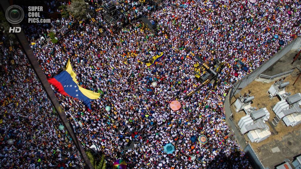 Митинг в Венесуэле при участии 100 000 человек. (Reuters)