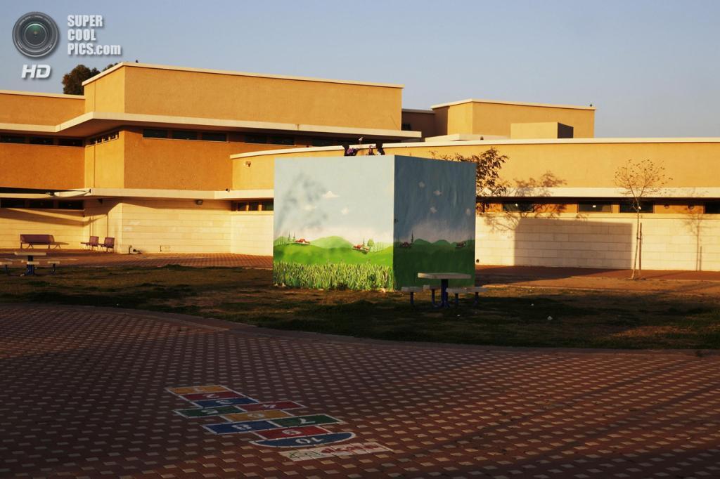 Израиль. Сдерот, Южный округ. 27 марта. Декорированное бомбоубежище на школьном дворе. (REUTERS/Finbarr O'Reilly)