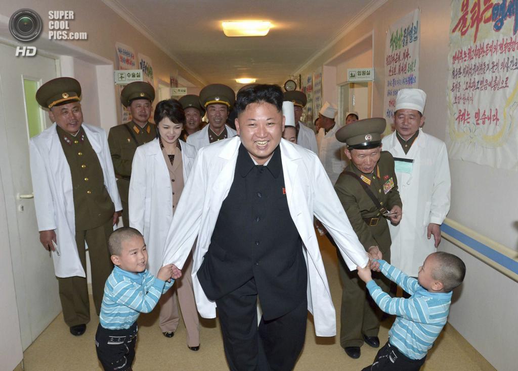 Северная Корея. Пхеньян. 19 мая. Вождь Северной Кореи Ким Чен Ын и его супруга Ли Соль Чжу во время посещения госпиталя Тэсонсан. (REUTERS/KCNA)