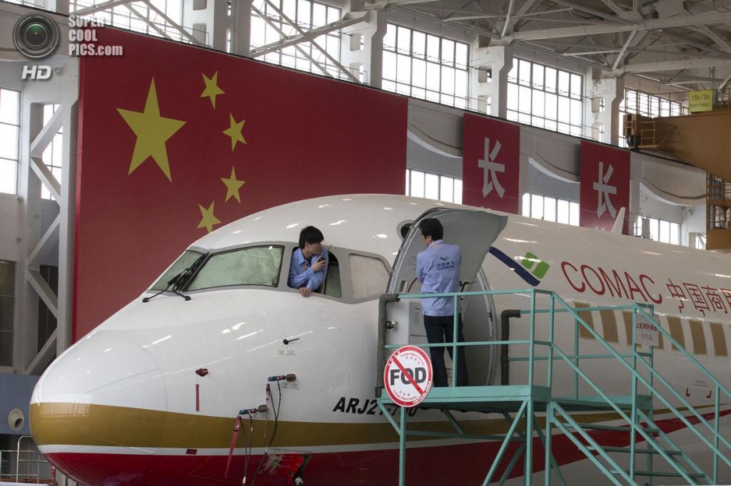 Китай. Шанхай. 21 мая. Пресс-показ нового пассажирского самолёта ARJ21-700 на заводе Commercial Aircraft Corporation of China Ltd. (AP Photo/Ng Han Guan, Pool)