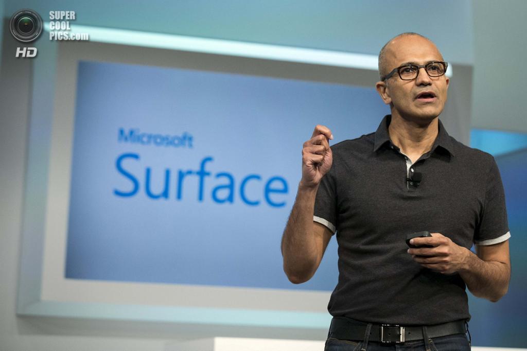 США. Нью-Йорк. 20 мая. Исполнительный директор Microsoft Сатья Наделла презентует планшет Surface Pro 3. (REUTERS/Brendan McDermid)