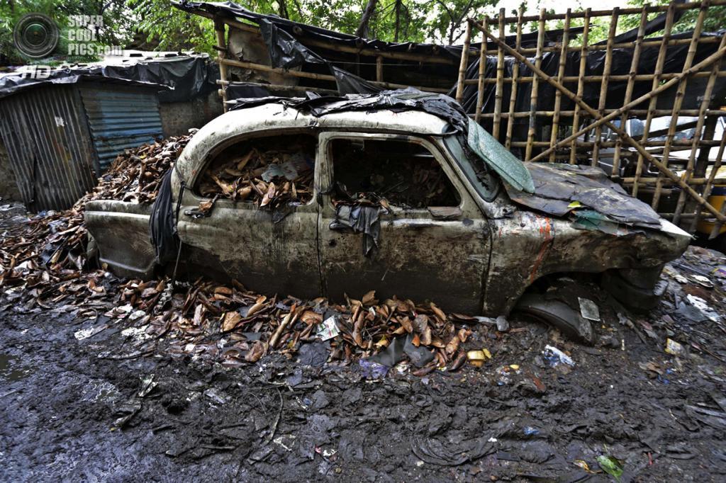 Индия. Калькутта, Западная Бенгалия. 26 мая. Hindustan Ambassador, превратившийся в металлолом. (AP Photo/Bikas Das)