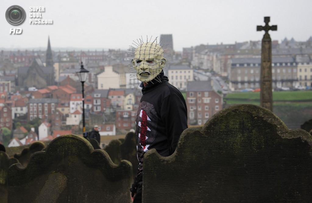 Великобритания. Уитби, Северный Йоркшир, Англия. 27 апреля. Готический фестиваль. (Anna Gowthorpe/PA Wire)