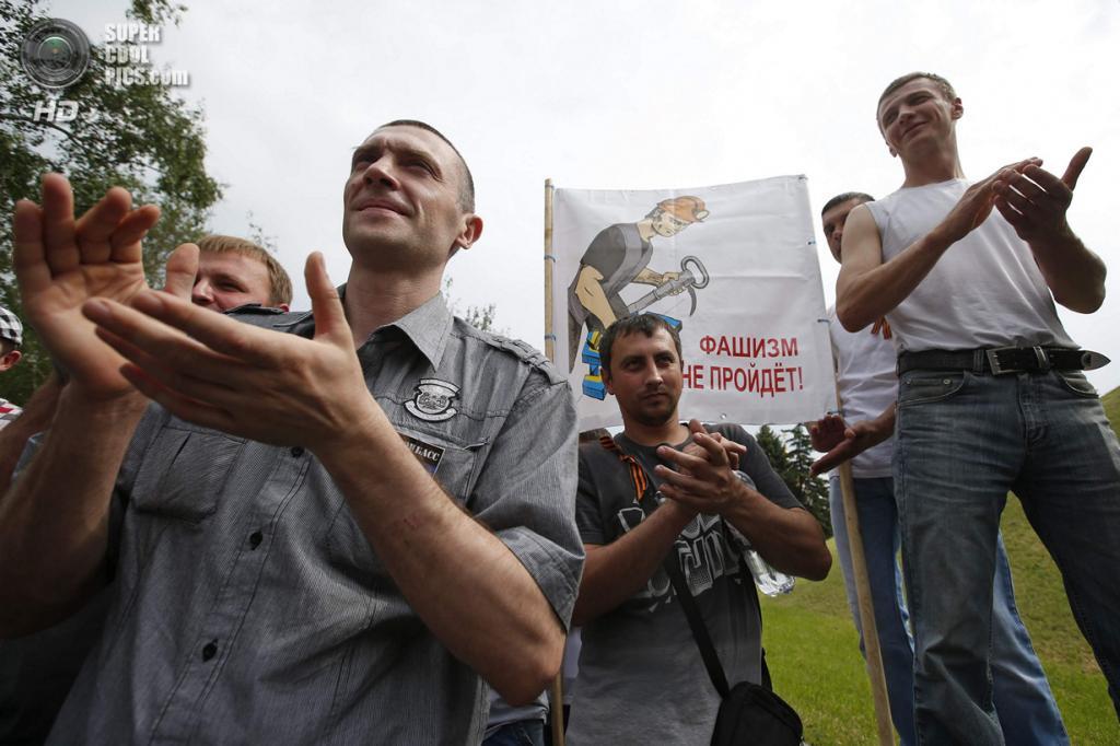 Украина. Донецк. 28 мая. Аплодисменты толпы во время марша шахтёров против военных действий в регионе. (REUTERS/Maxim Zmeyev)
