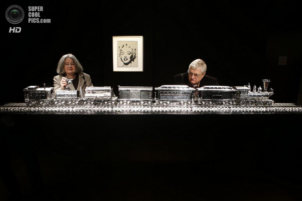 США. Нью-Йорк. 2 мая. Инсталляция Джеффа Кунса «J.B. Turner Train Stainless Steel and Bourbon» на выставке аукционного дома «Кристис». (REUTERS/Eduardo Munoz)