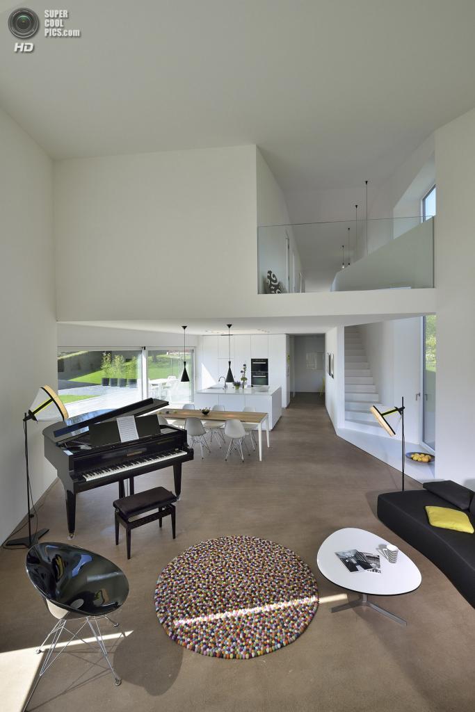 Швейцария. Ла-Тур-де-Пей, Во. Частный дом Villa Dind, спроектированный LINK architectes. (Thomas Hämmerli)