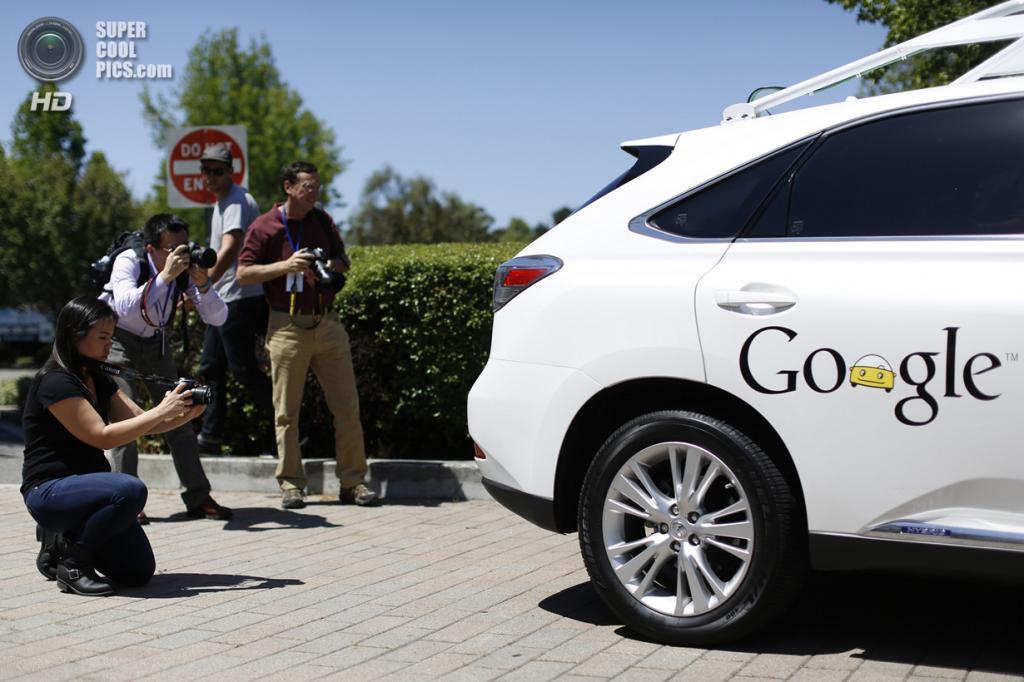 США. Маунтин-Вью, Калифорния. 13 мая. Журналисты фотографируют беспилотный автомобиль Google. (REUTERS/Stephen Lam)