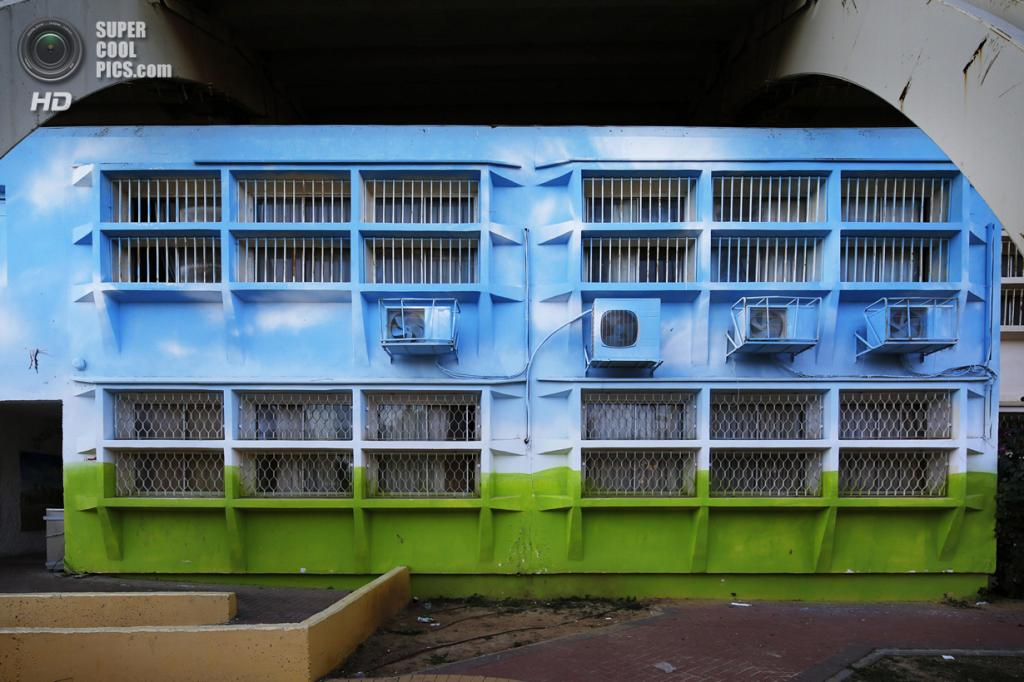 Израиль. Сдерот, Южный округ. 28 марта. Декорированная стена школы под защитными металлическими арками. (REUTERS/Finbarr O'Reilly)
