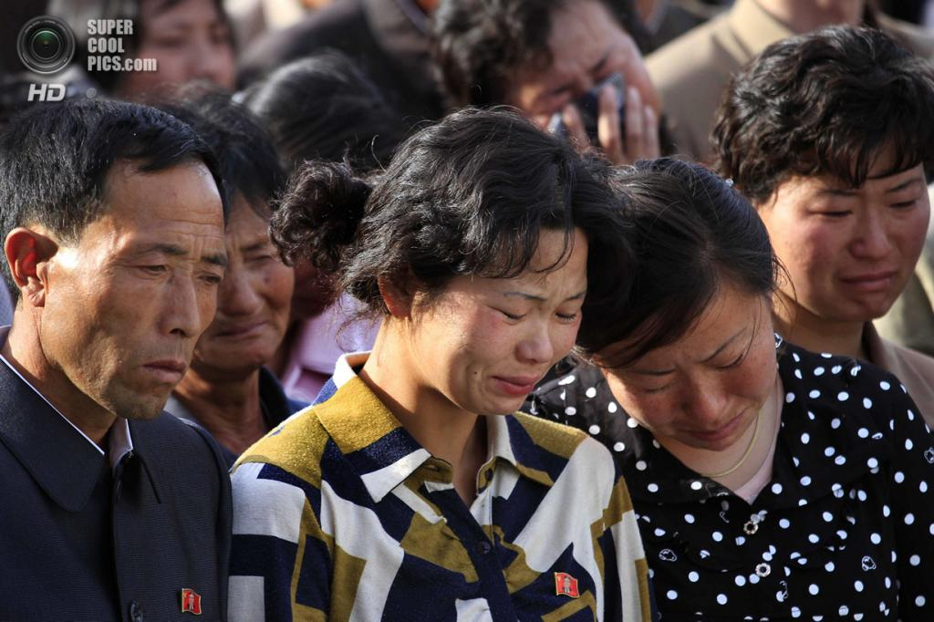 Северная Корея. Пхеньян. 17 мая. Скорбь семей, чьи близкие пострадали во время крушения строящегося дома. Фотография была сделана во время  церемонии, в ходе которой официальные лица страны публично извинялись за инцидент. Каким-то чудом этот снимок прошёл строгую северокорейскую цензуру. (AP Photo/Jon Chol Jin)