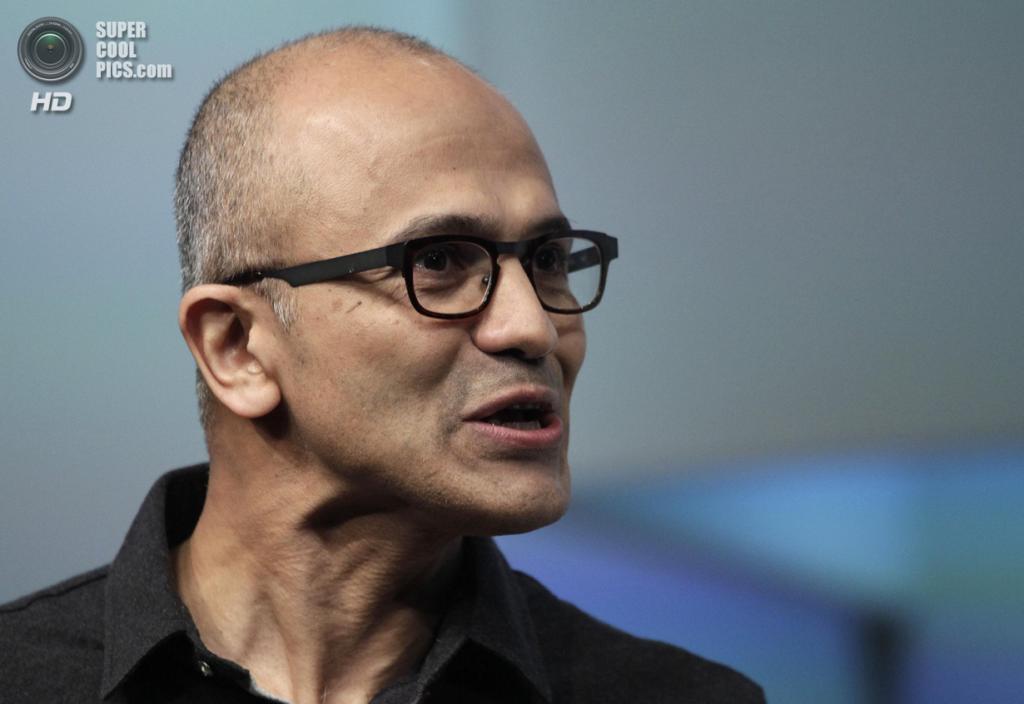 США. Нью-Йорк. 20 мая. Исполнительный директор Microsoft Сатья Наделла презентует планшет Surface Pro 3. (AP Photo/Mark Lennihan)