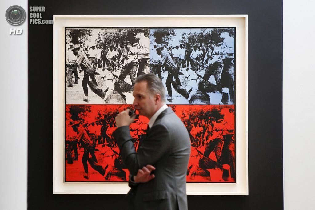 США. Нью-Йорк. 2 мая. Картина Энди Уорхола «Race Riot» на выставке аукционного дома «Кристис». (REUTERS/Eduardo Munoz)