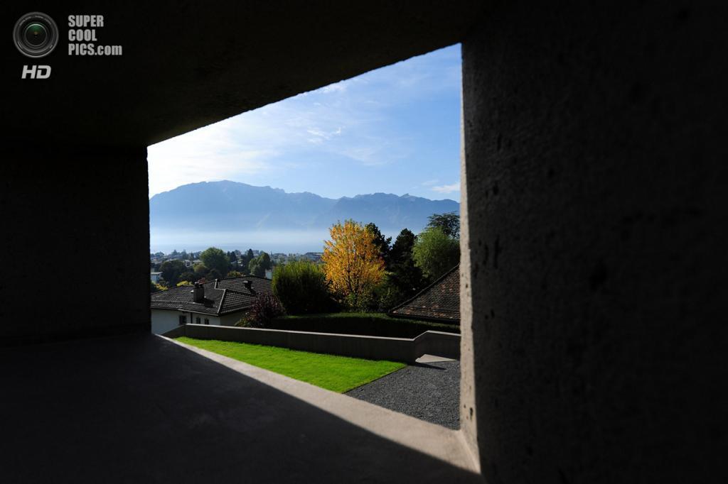 Швейцария. Ла-Тур-де-Пей, Во. Частный дом Villa Dind, спроектированный LINK architectes. (Jay Louvion)